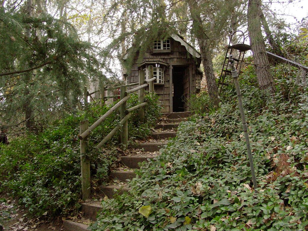 http://fc08.deviantart.net/fs14/i/2013/139/d/5/cottage_house_by_treeclimber_stock-drst3n.jpg