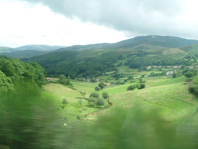 Imagen de un valle visto desde un tren en marcha