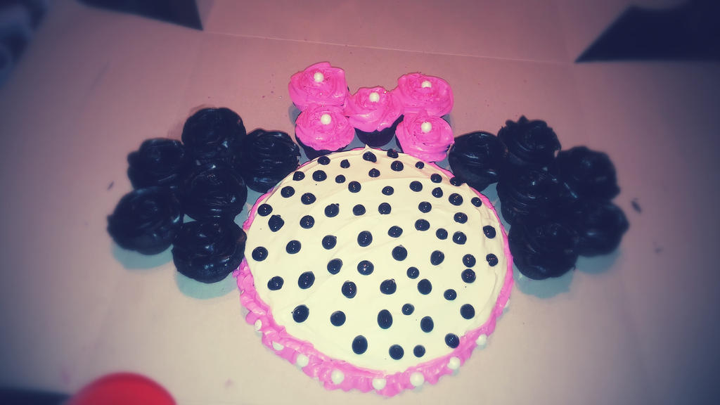 Minnie Mouse Cake by xjennakillzx