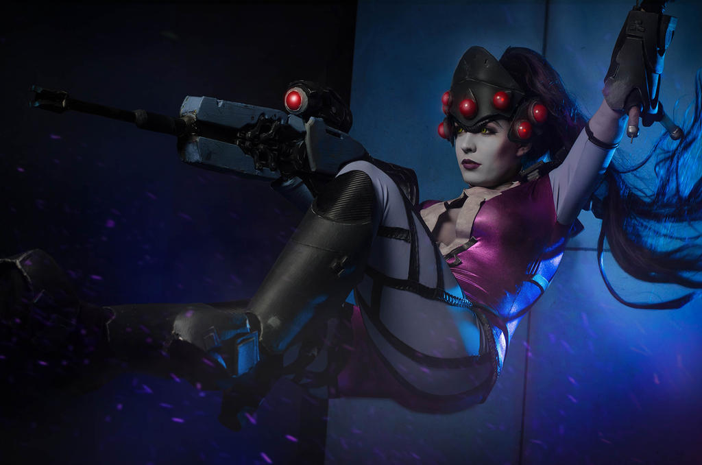 Swinging into action - Widowmaker cosplay by Voldiesama