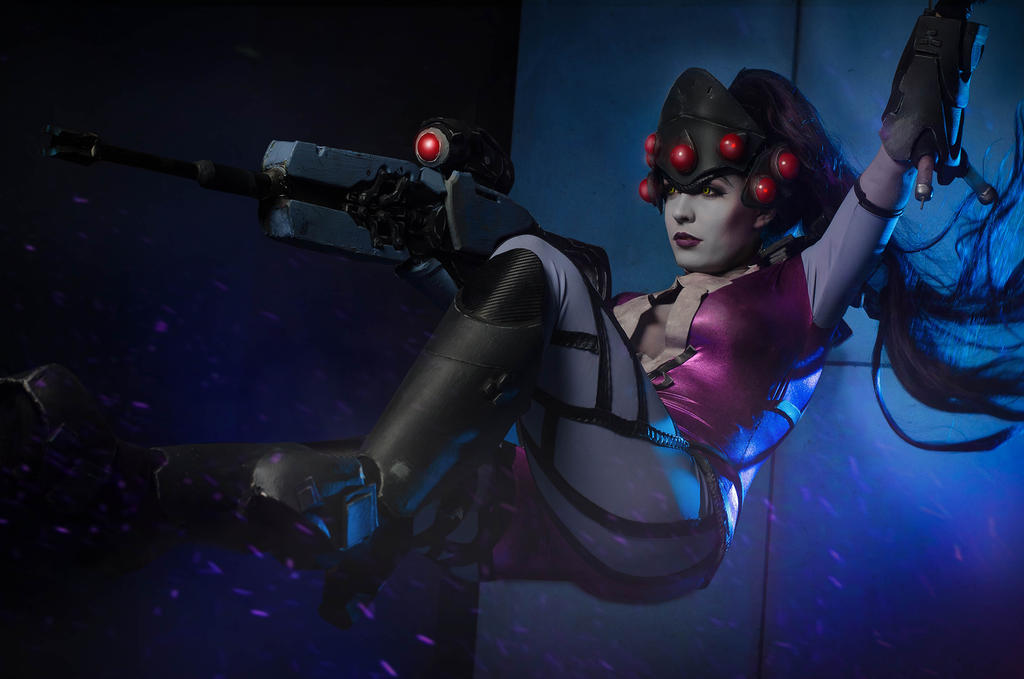 Swinging into action - Widowmaker cosplay