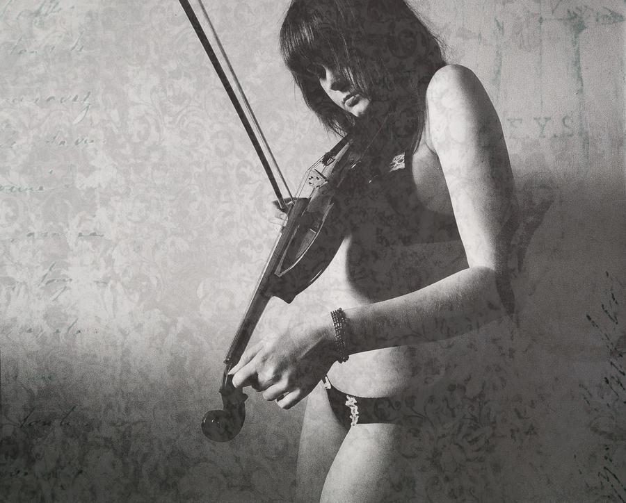 Violin Girl by Toruko-Yui