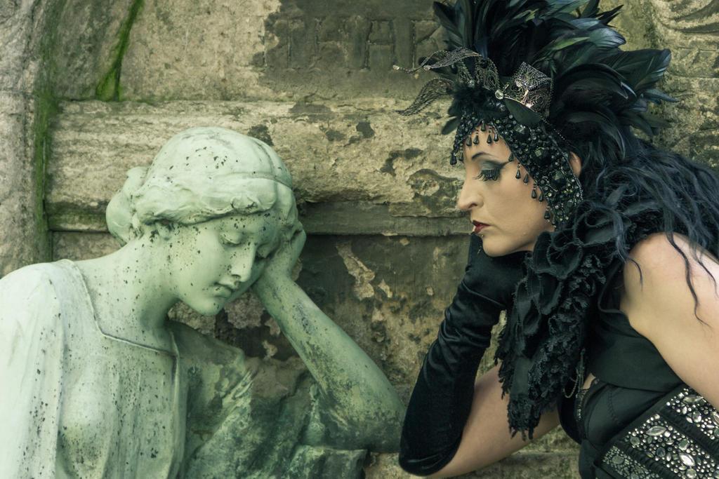 Stock - Vampire Queen Statue 3