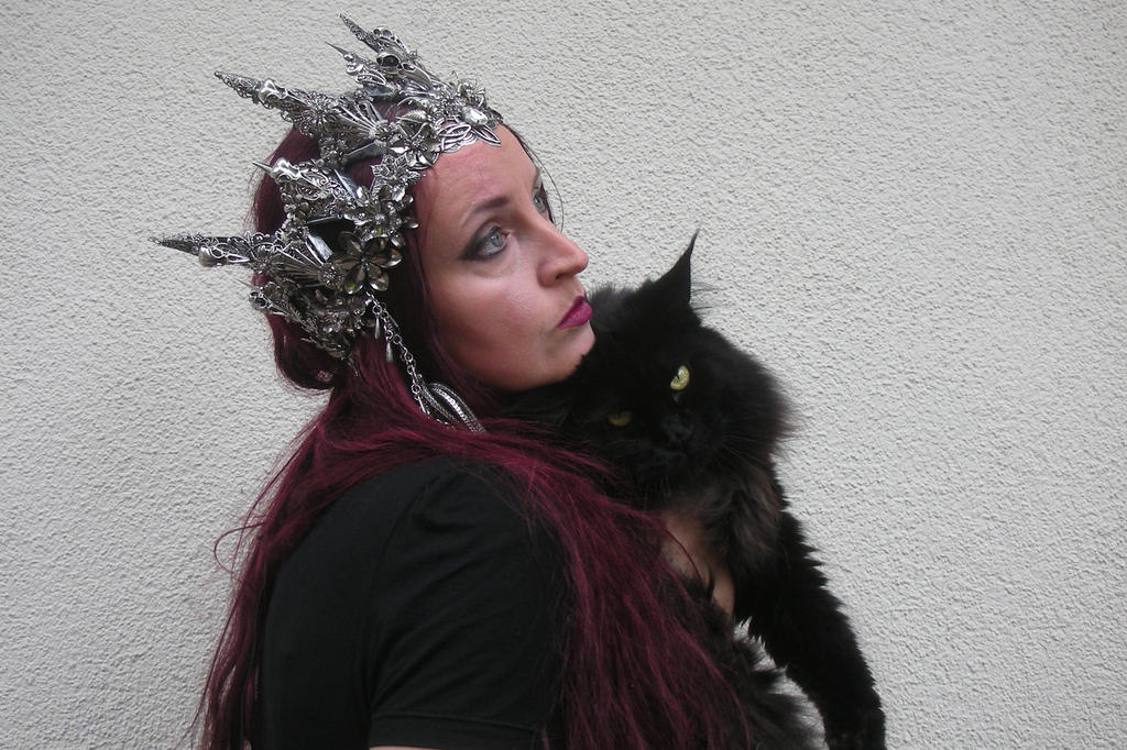 Stock - Queen with crown and cat sideview