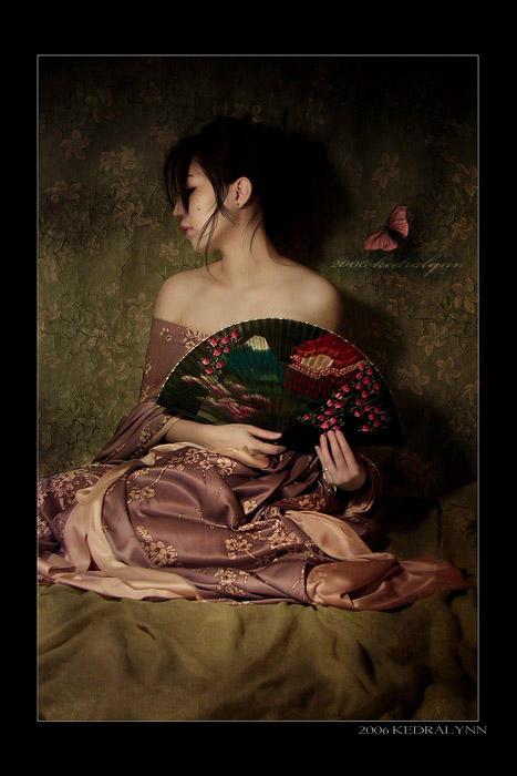 http://fc05.deviantart.com/fs12/i/2006/278/0/5/Geisha_Fan_I_by_kedralynn.jpg