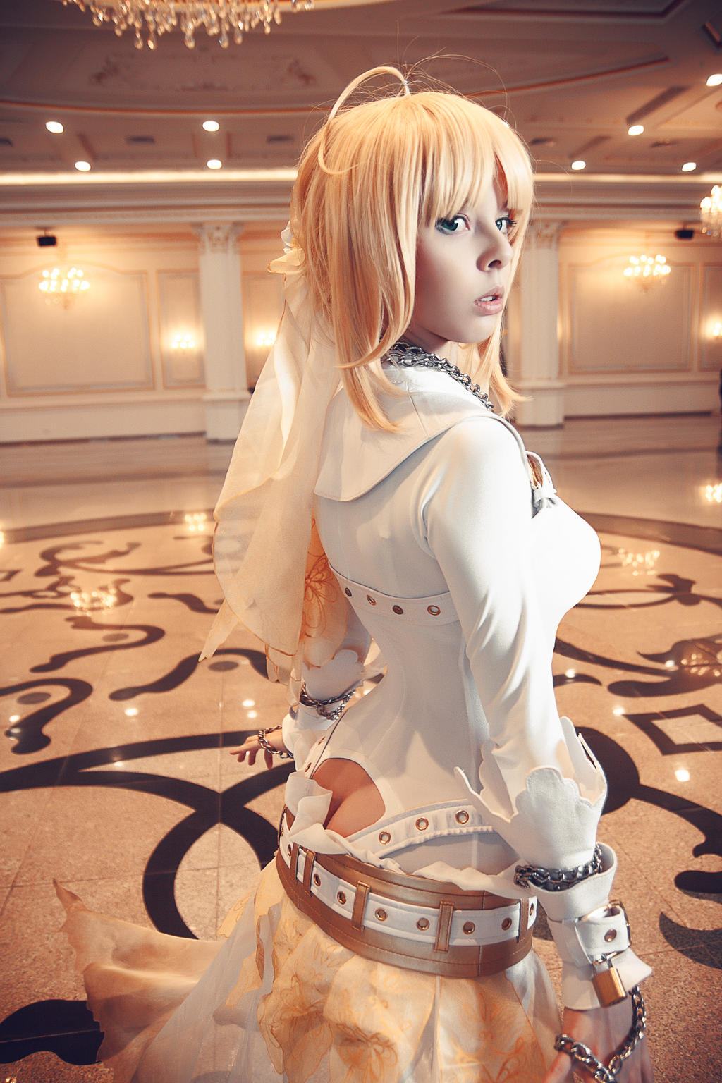 Saber Becomes a Bride in Fate/Extra CCC Cosplay