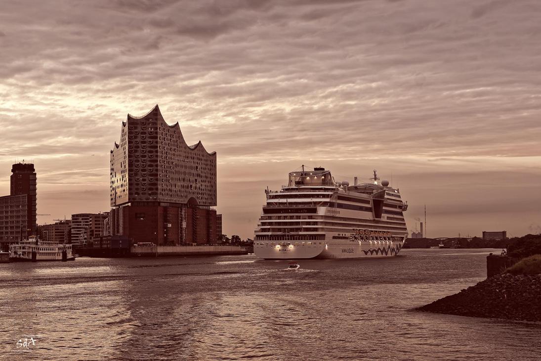 AidaSol enters Hamburg by ScipiHamburg