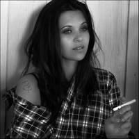 Emilie - American Girl et cigarette BW