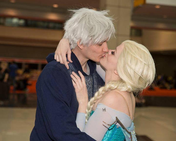 Pictures of elsa and jack frost kissing