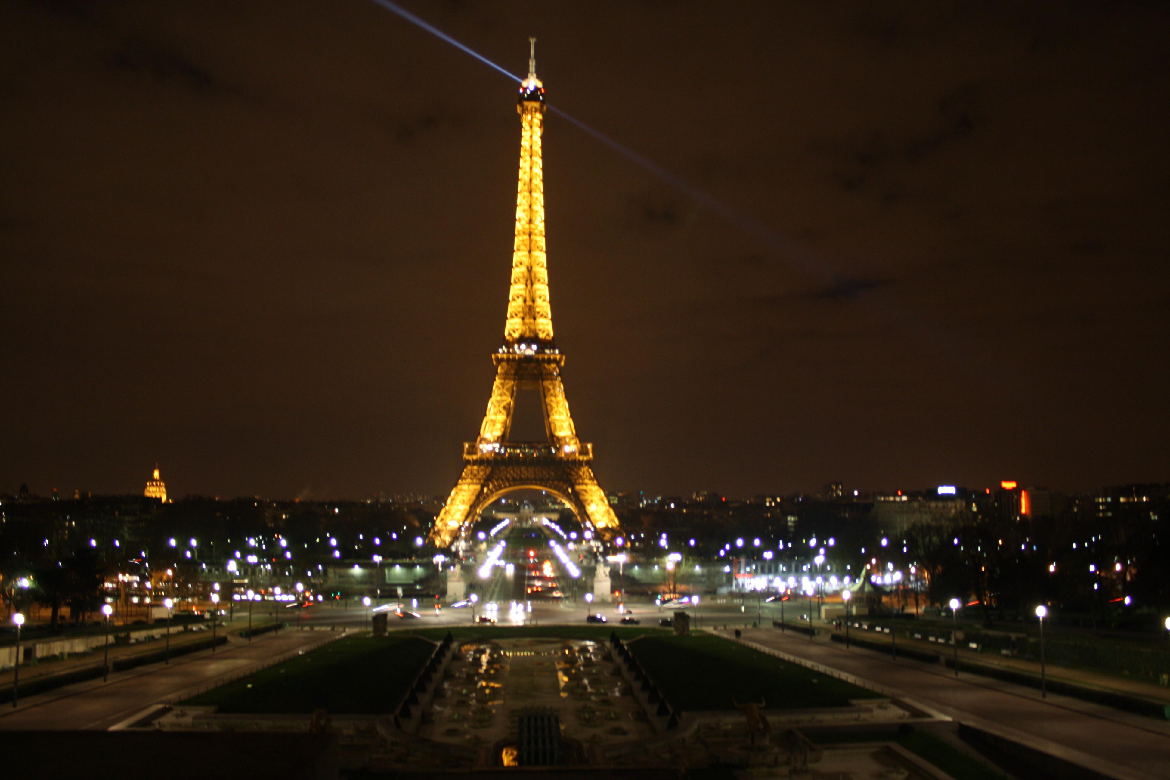 http://fc04.deviantart.net/fs70/f/2011/034/4/9/paris_by_night_by_zoemash-d38p3tl.jpg