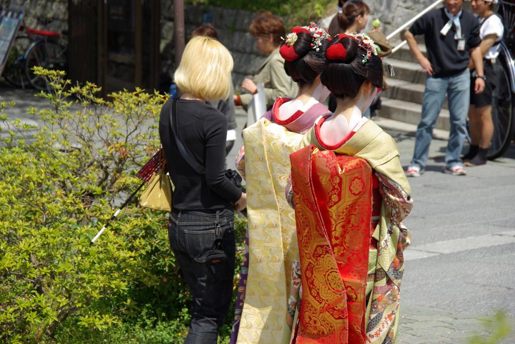 Geishas .. by R-TanuKitsuNeko