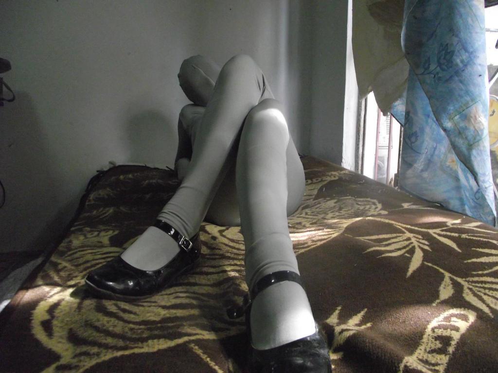 19 j zentai girl macht sich zuhause 2