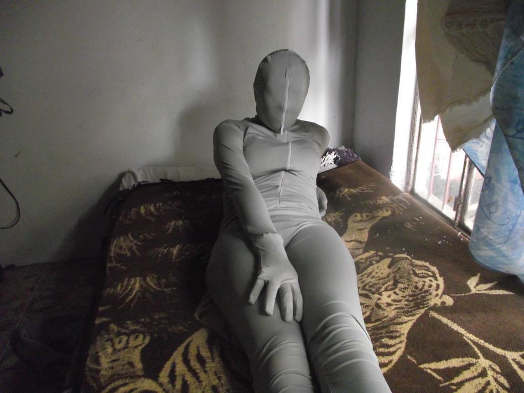 19 j zentai girl macht sich zuhause 6