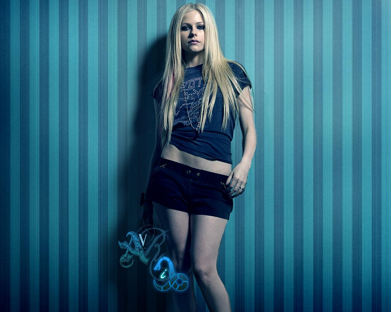 Avril Lavigne rock in blue by orangedark