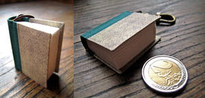 Mini book keychain - green by Vanyanie