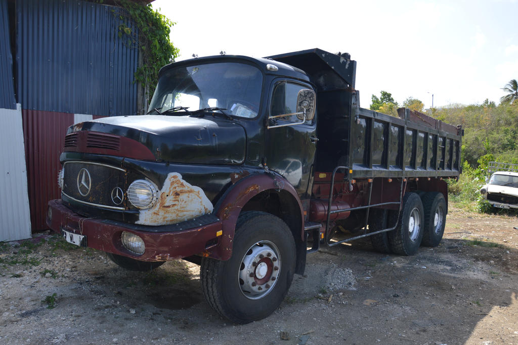 Old used mercedes benz truck by a1z2e3r on deviantart for Old mercedes benz trucks