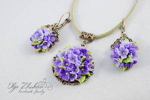 Pendant and earrings with lilac flowers