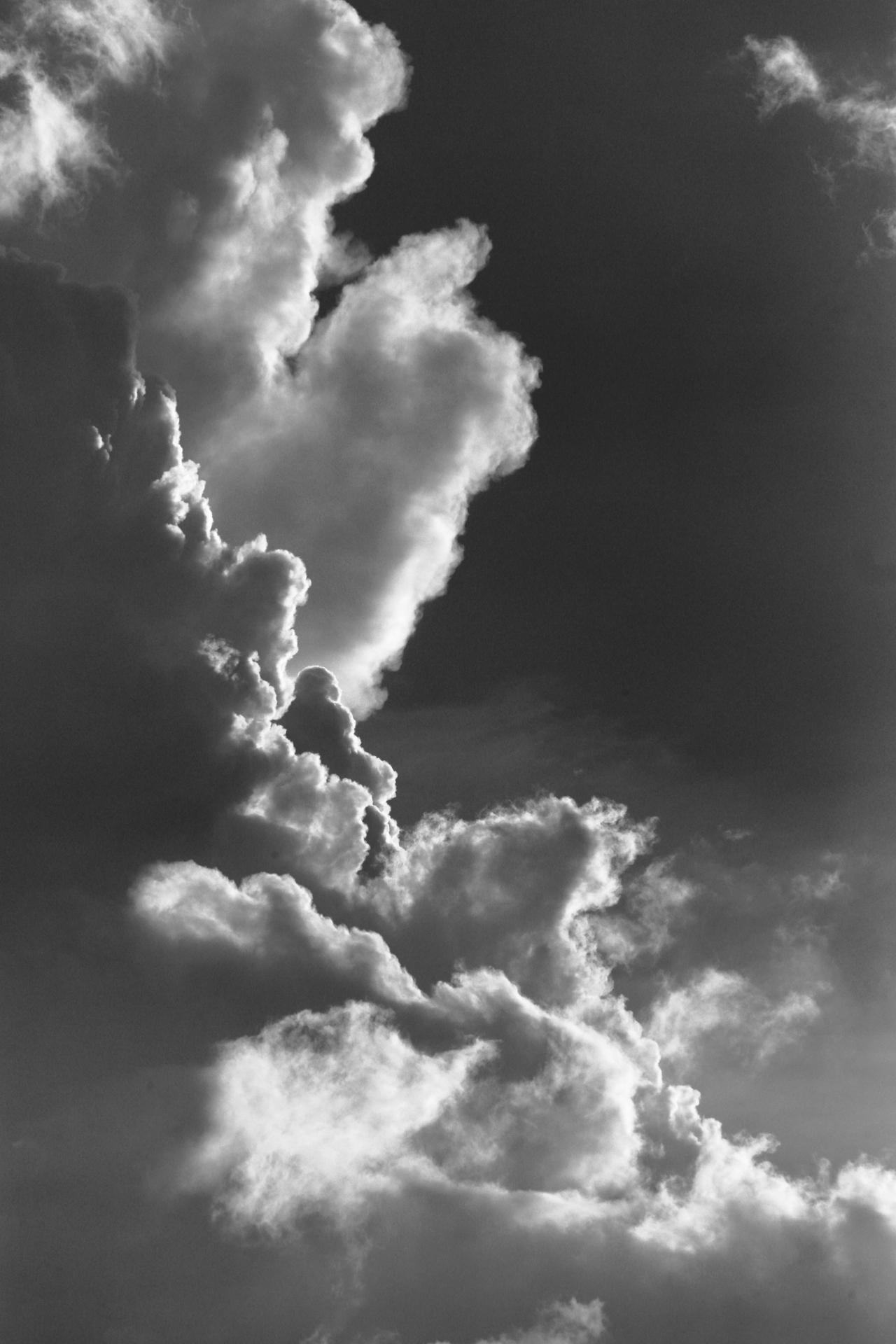 Monochrome sky by luka567