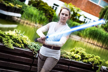 Rey (Star Wars) - I need to know how to wield it by bossi-nassatko