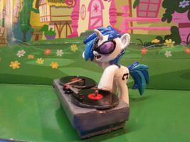 Vinyl scratch by balthazar147