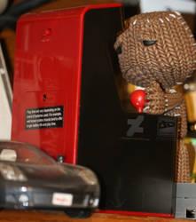 Sackboy plays disappoint bootleg arcade games.
