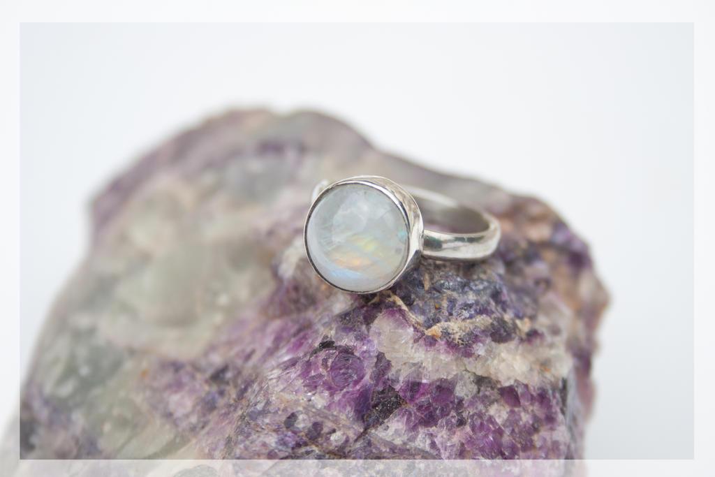 Moonstone ring by BichoBolita