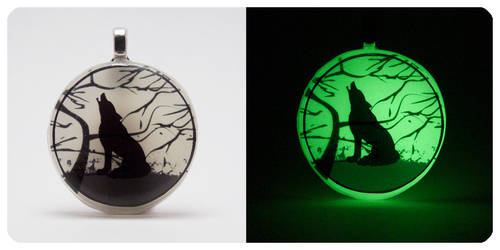 'Howling Wolf' [Glow In The Dark] 2.5D Pendant