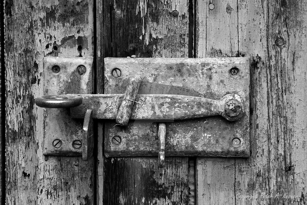 Latched b+w by peterkopher