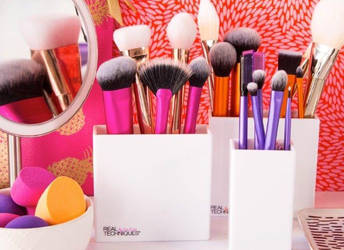 Selecting a Professional Make-up Brush Set by realtechniques