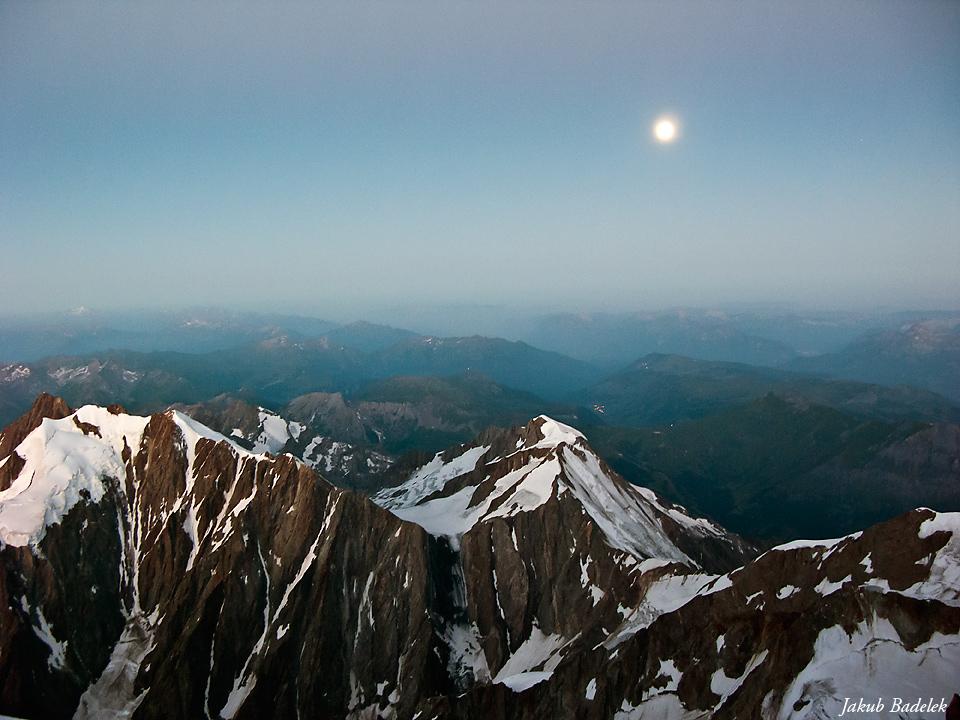 Widok z drogi na Mt. Blanc - zachód księżyca w pełni