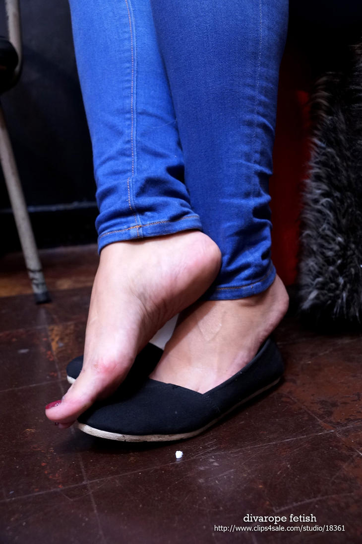 Mia's barefoot by DivaRope