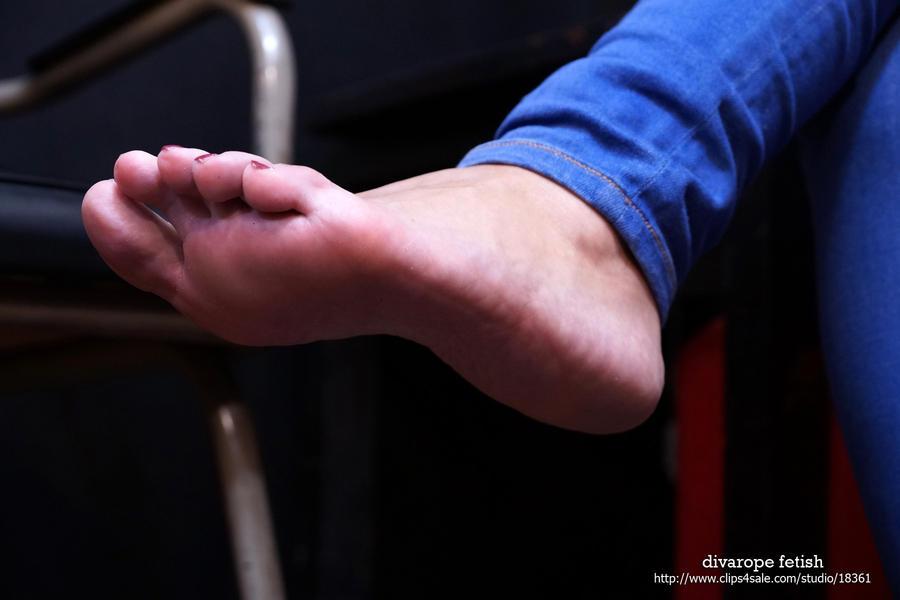 Mia's barefoot III by DivaRope