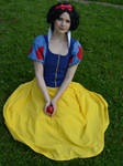 Holding the poisoned apple [Snow White cosplay]