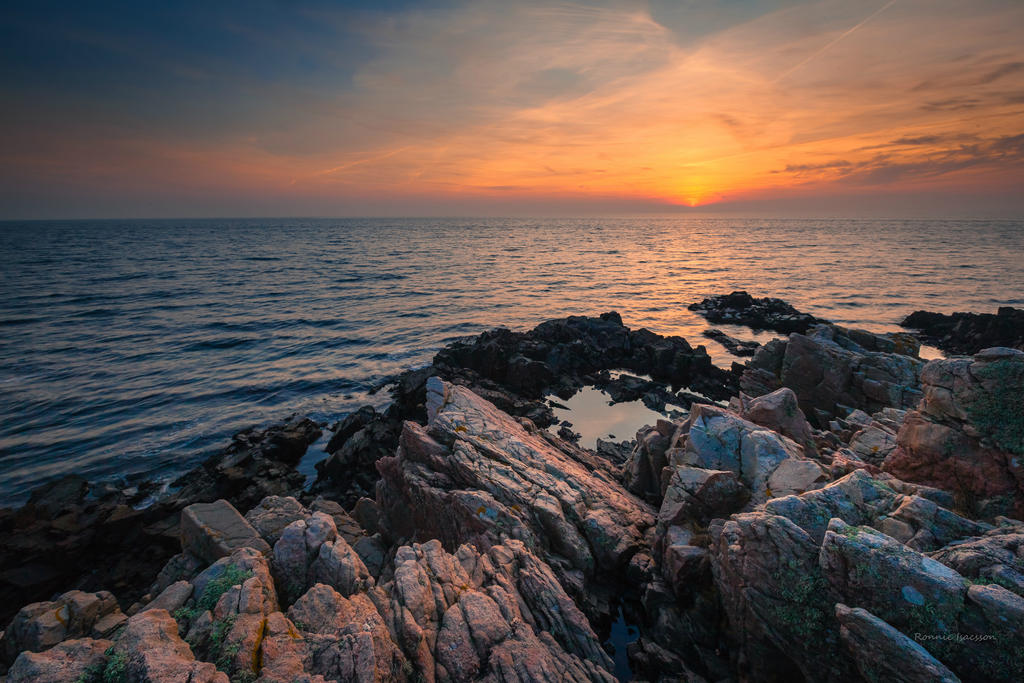 Sunset among the cliffs by roisabborrar