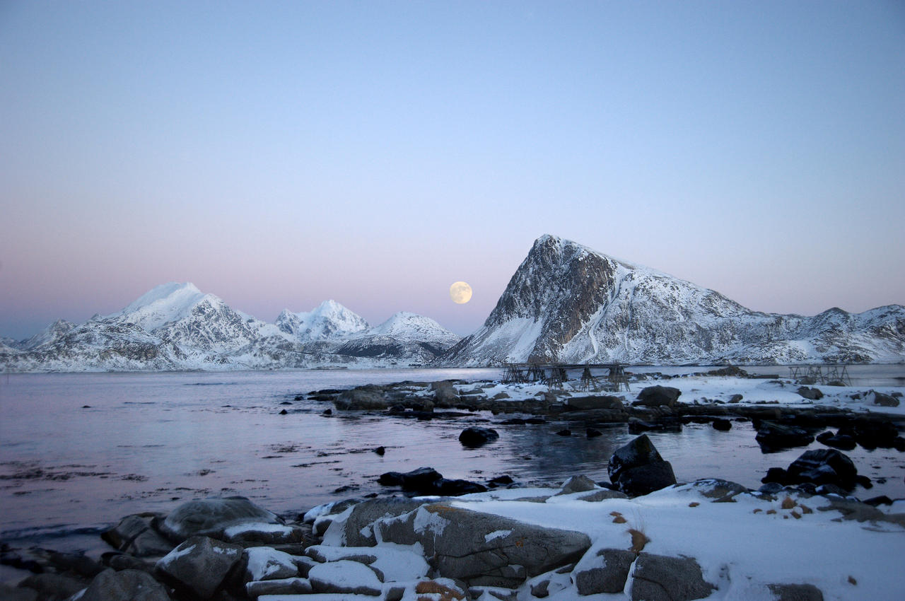 Full moon at daylight by steinliland