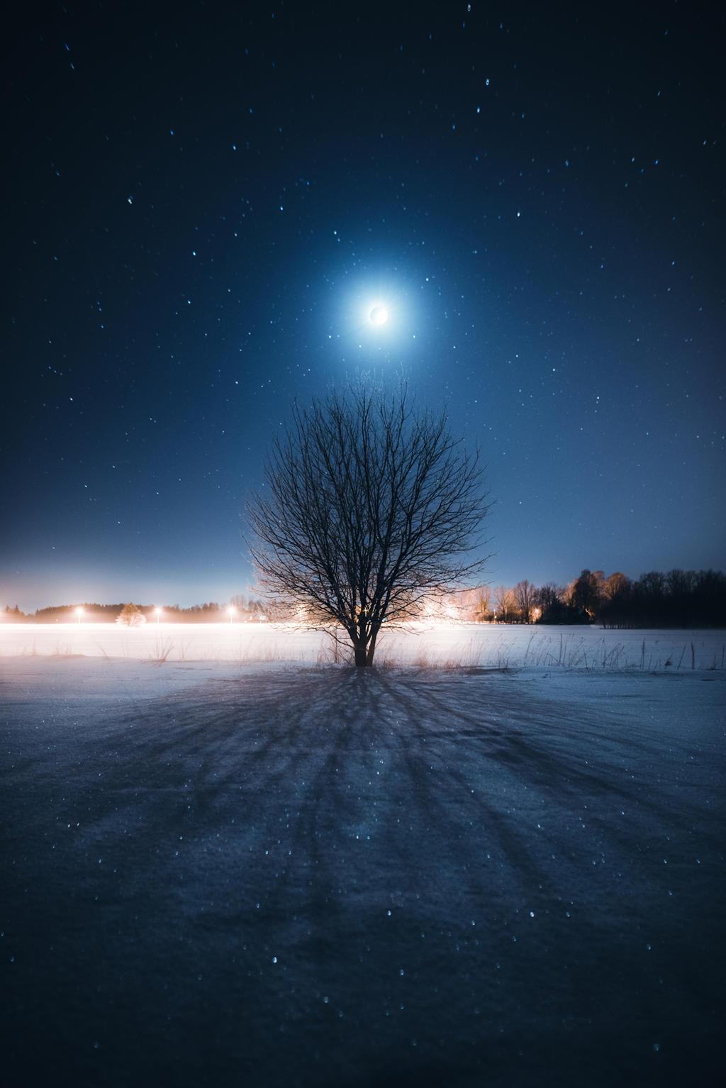 Moonlight and shadow by HendrikMandla