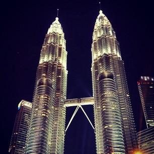 Petronas Towers by TehForeverAloner