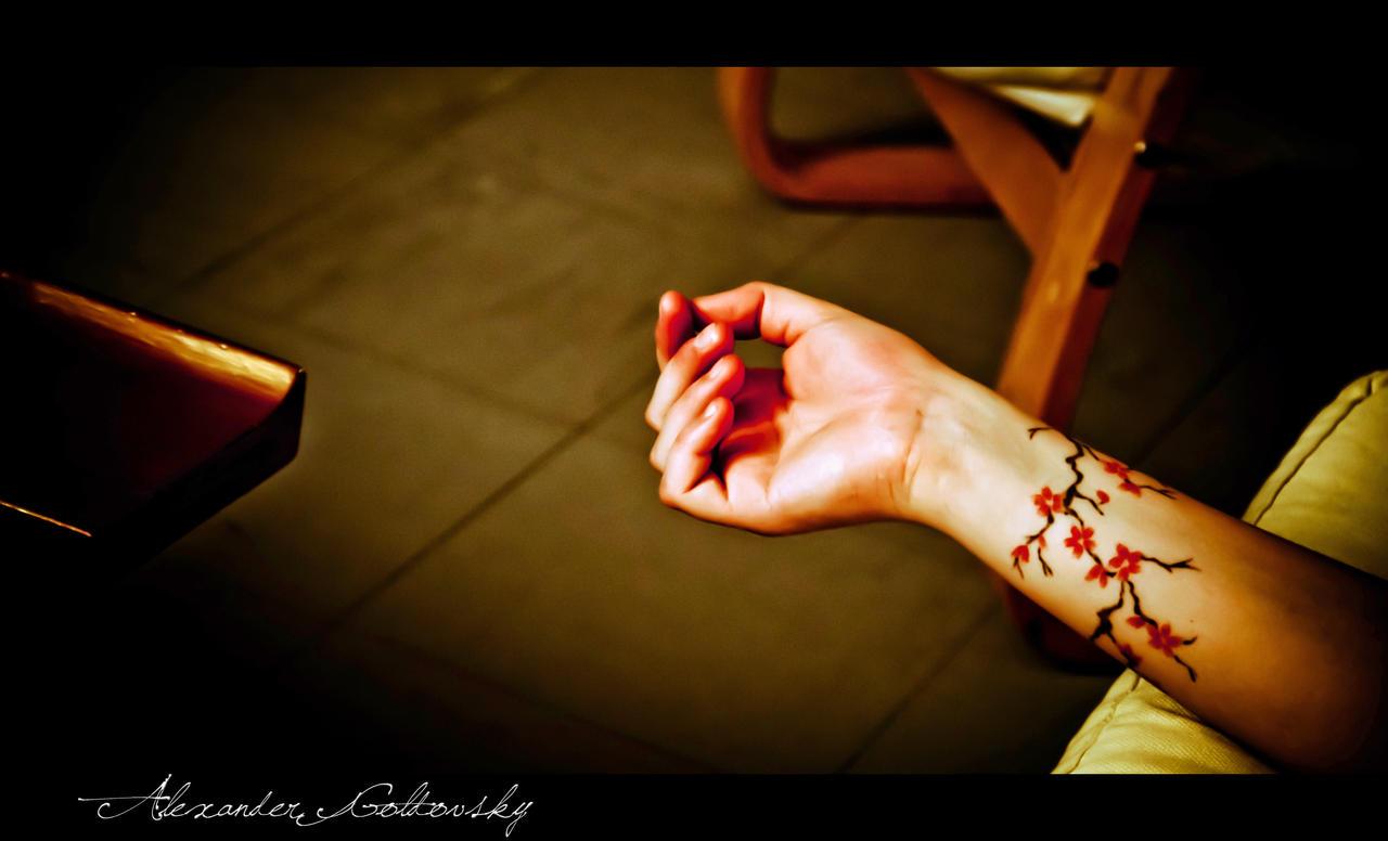 Тату ветка сакуры на руке