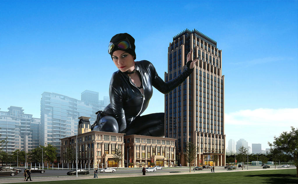 Giant Catwoman by pedro1232