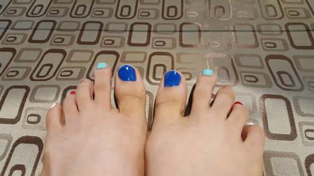 Rainbow toes by lightxyz