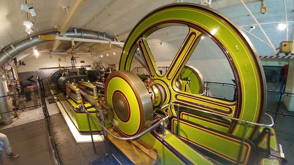 A damn fine steam engine making power... by yereverluvinuncleber