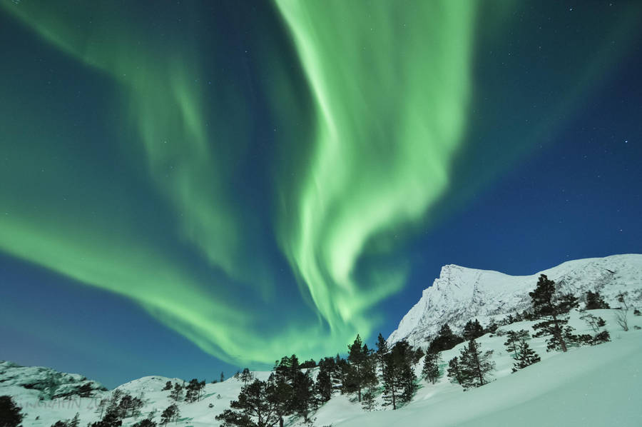Northern Lights with Valviktind 2013 by SindreAHN