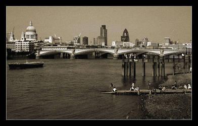 Thames Beach by paullomax