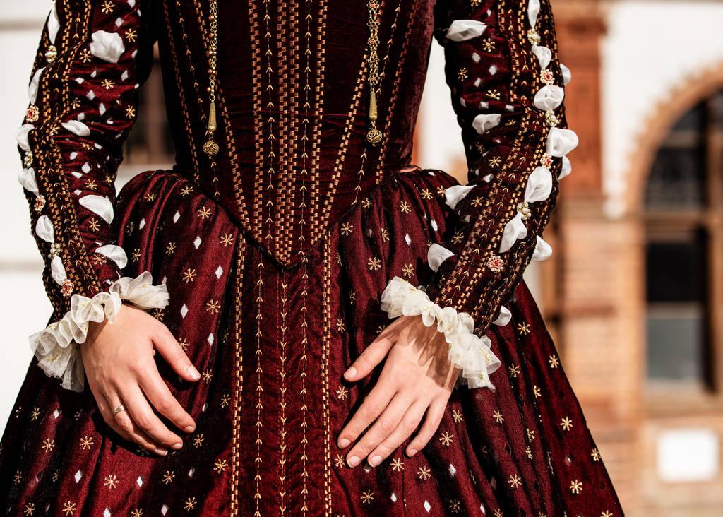 Queen Elizabeth I of England Renaissance garment by Volto-Nero-Costumes