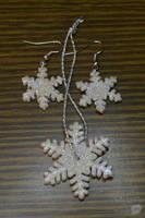 Snowflake earrings by trollwaffle