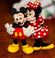 Mickey  Minnie Kiss by xStarryNightx