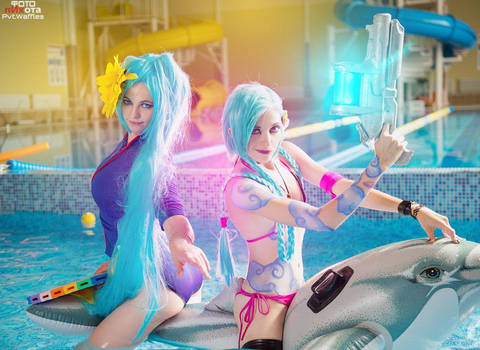 Pool Party Jinx and Sona cosplay by YtkaMatilda