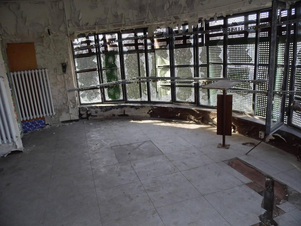 Closed round room by bormolino