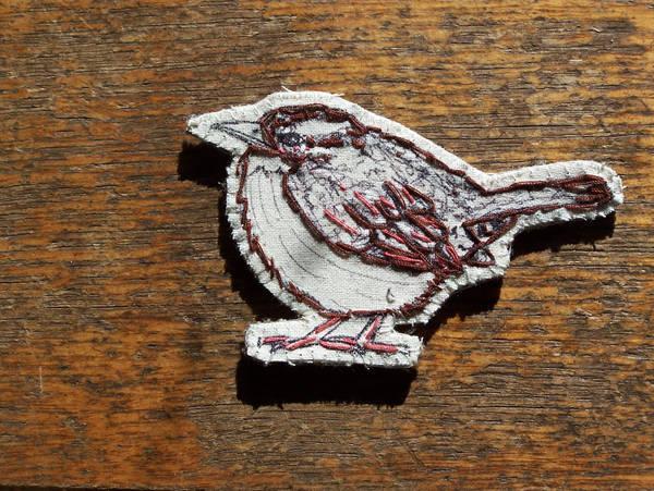 Carolina wren brooch by the-vibrant-city