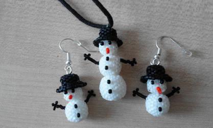 Beaded snowmen by Convallarianovembris